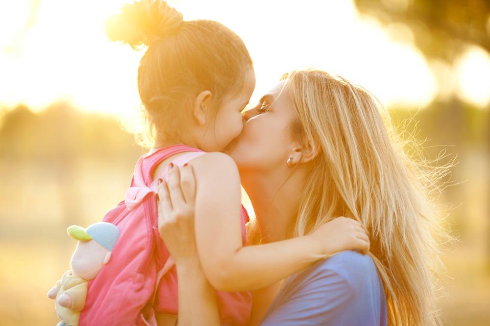 mamma abbraccia bambina
